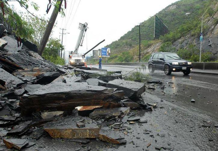 Entre agosto y octubre de este año, las lluvias azotaron fuertemente varias regiones del país, lo que obligó a la Federación a erogar más recursos por fondo de desastres. Imagen de contexto: deslave en Monterrey. (Archivo/NTX)