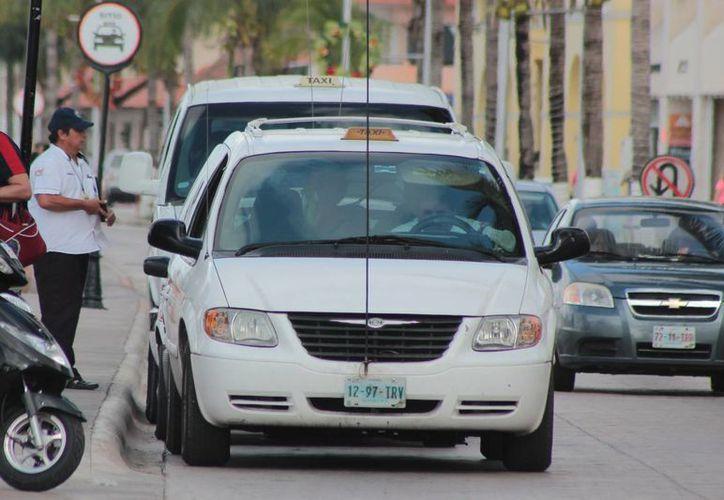 El delegado se negaba a mover su auto que bloqueaba la salida. (Gustavo Villegas/SIPSE)