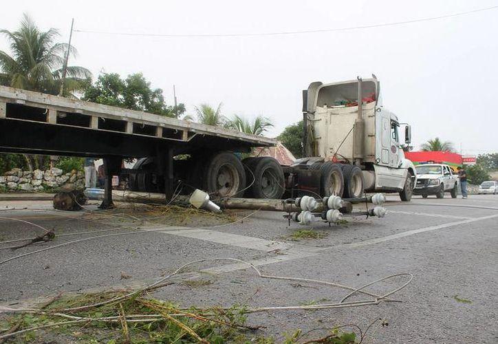 """Los cables fueron arrastrados y por la tensión se """"quebraran"""" dos postes de Telmex. (Imagen ilustrativa/ Milenio Novedades)"""