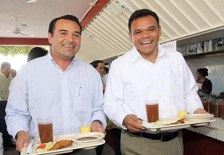 El alcalde Renán Barrera Concha y el gobernador Rolando Zapata Bello recordaron su niñez. (Theani Ruz/SIPSE)