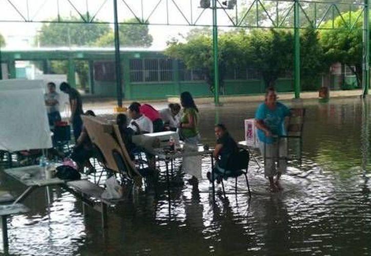 Asisten a votar sin importar el clima. (Milenio)