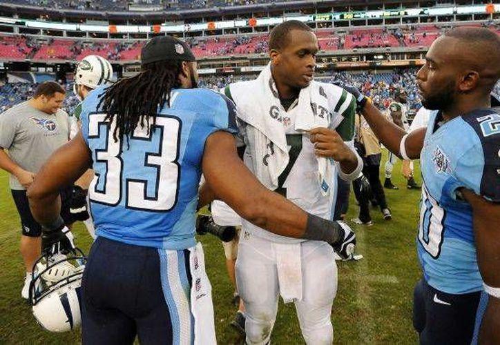 Michael Griffin (33), de los Titans de Tenesí, felicita a Geno Smith, de los Jets de Nueva York, tras el partido del domingo 29 de septiembre. (Agencias)