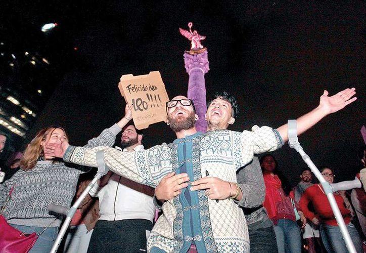 Decenas de mexicanos se dieron cita en emblemáticos sitios de las principales ciudades del país para 'celebrar' el Oscar a Leonardo DiCaprio. (excelsior.com.mx)