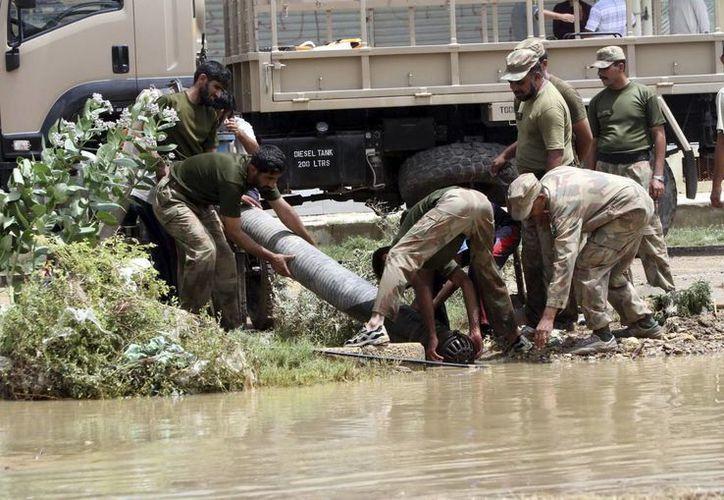 Las fuertes lluvias han causado diversos destrozos en Karachi, Pakistán hoy. (EFE)