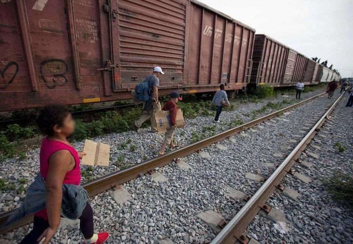 Nueva York devolverá dinero a inmigrantes que fueron estafados por empresas que no estaban autorizadas a realizar trámites para legalizarlos, tal como se los ofrecían. En la imagen, niños y adultos migrantes bajan del tren, en el que intentan llegar hasta la frontera con EU. (Contexto/AP)