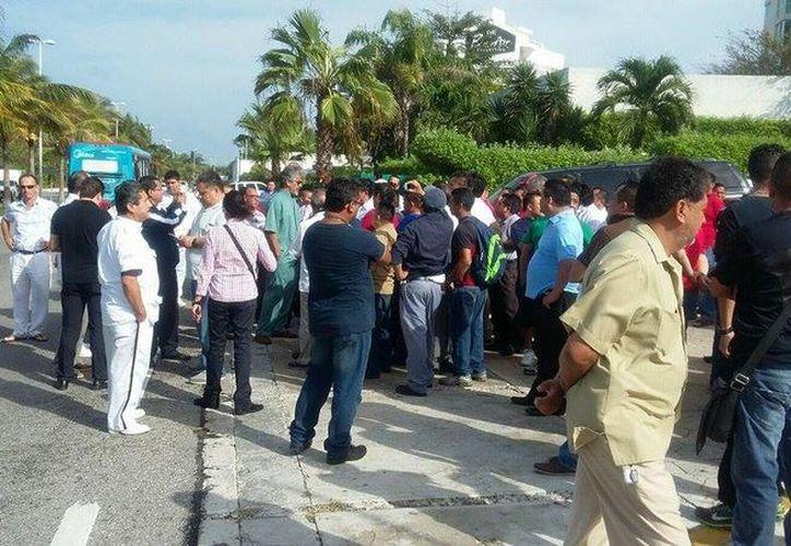 Alrededor de 80 empleados se encuentran a las afueras del hotel. (Redacción/SIPSE)