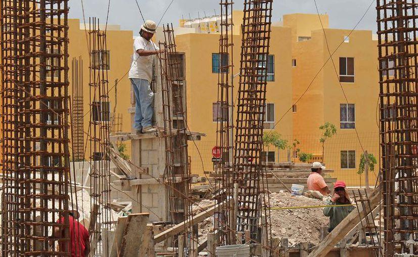 Los albañiles están en riesgo de sufrir accidentes en el trabajo. (Jesús Tijerina/SIPSE)
