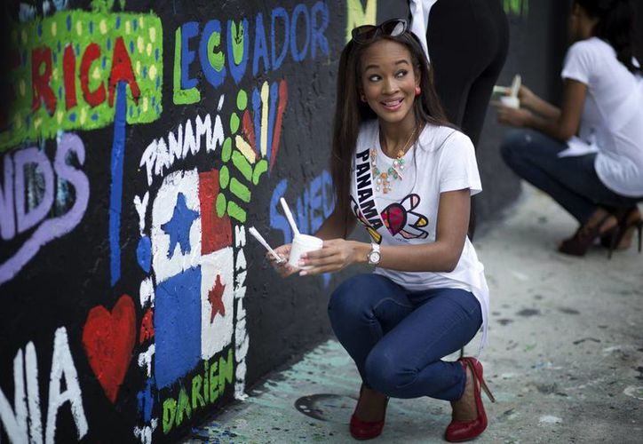 Miss Panamá, Yomatzy Hazlewood, posa tras ayudar a pintar un mural con el artista brasileño Romero Britto en Miami, como parte de los eventos relacionados con el certamen Miss Universo. (Agencias)