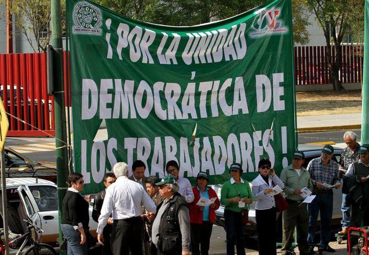 Los sindicatos nacionales de telefonistas y del Seguro Social, así como de Trabajadores del Gobierno del Distrito Federal, presentaron amparos contra la reforma laboral. (Notimex)