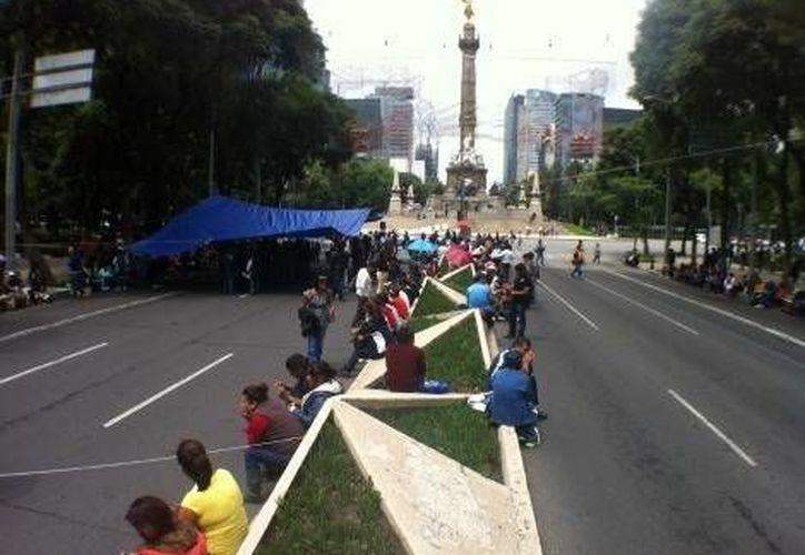 Mientras numerosos maestros disidentes mantienen su plantón en el Zócalo de la Ciudad de México, otros están en Reforma. (Milenio)
