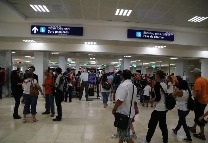 El Aeropuerto Internacional de Cancún registró ayer 453 operaciones. (Israel Leal/SIPSE)