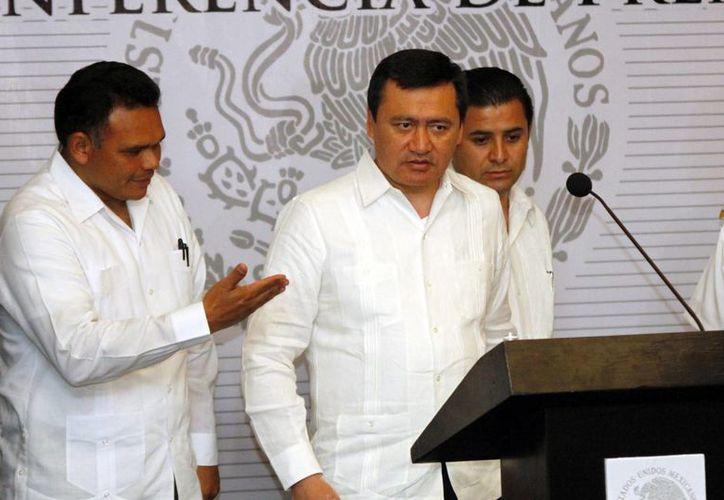 El Secretario de Gobernación, Miguel Osorio Chong,  presidió la rueda de prensa. (Christian Ayala/SIPSE)