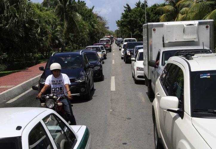Los contaminantes que son producidos por el parque vehicular y algunas empresas, son diluidos por las corrientes de vientos. (Tomás Álvarez/SIPSE)
