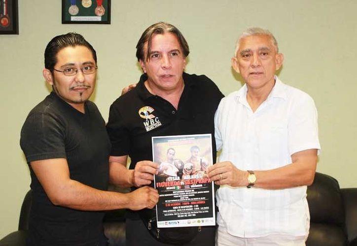 Juan Sosa Puerto, director del IDEY, con los organizadores del evento Óscar Fisher y Javier Dzib Kantún. (SIPSE)