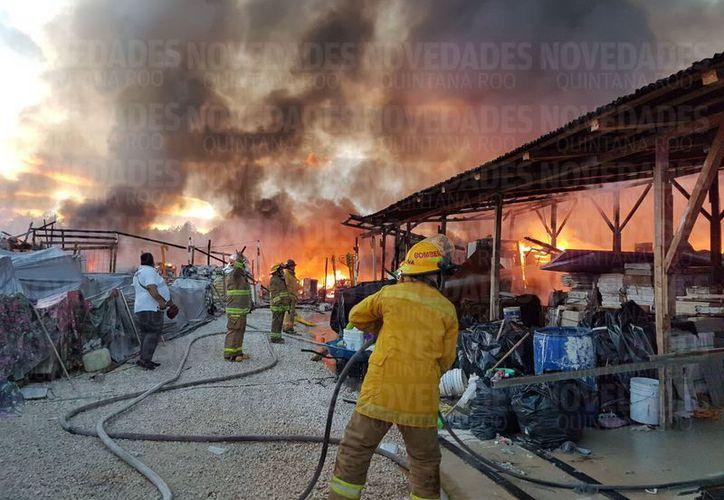 Se registra un fuerte incendio en un hotel de Playa del Carmen. (Redacción/SIPSE).