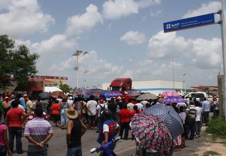 Manifestantes señalan que el nuevo puente fronterizo es el causante del problema comercial. (Harold Alcocer/SIPSE)