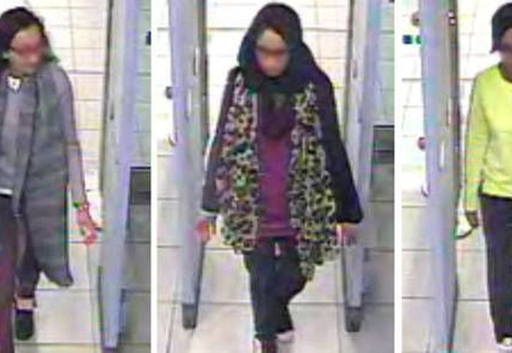 Kadiza Sultana, Shamima Begum y Amira Abase al pasar por el control de seguridad del aeropuerto de Gatwick, en Londres. (belfasttelegraph.co.uk)