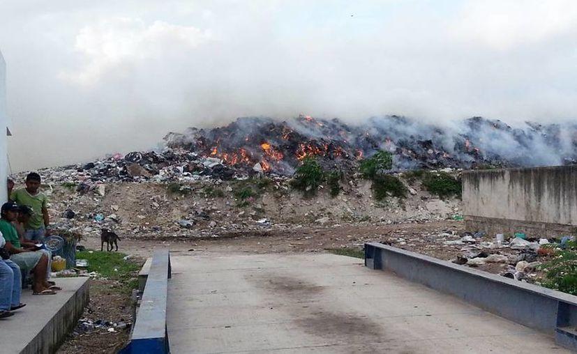 Incendio <i>intencional</i> en el relleno sanitario de Progreso.