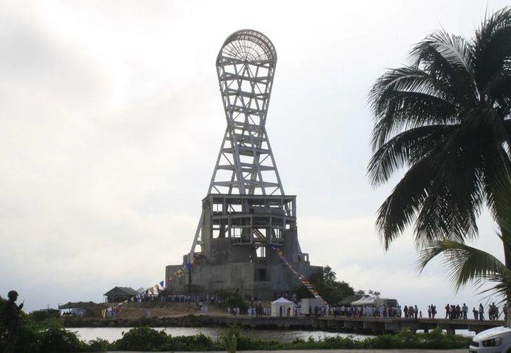 """En Noviembre pasado, la Semar aprovechó la infraestructura de la """"megaescultura"""" para conmemorar el Día de la Armada. (Harold Alcocer/SIPSE)"""
