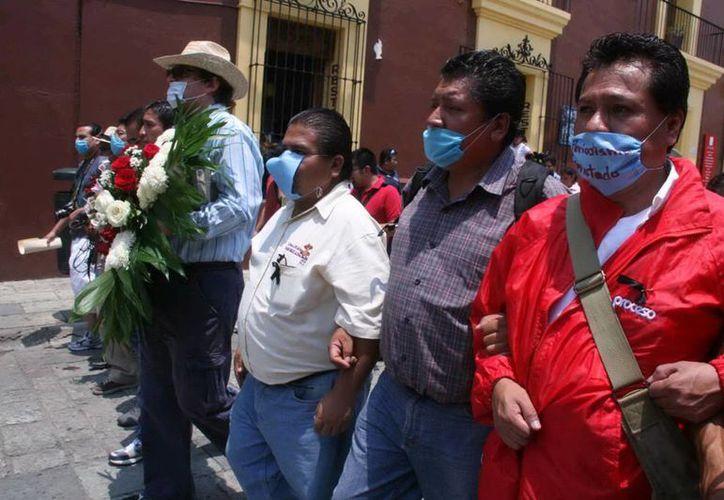 Comunicadores de Oaxaca se manifestaron por las principales calles de la ciudad pidiendo seguridad para ejercer su profesión y recordar a los periodistas muertos en los últimos años. (Notimex)