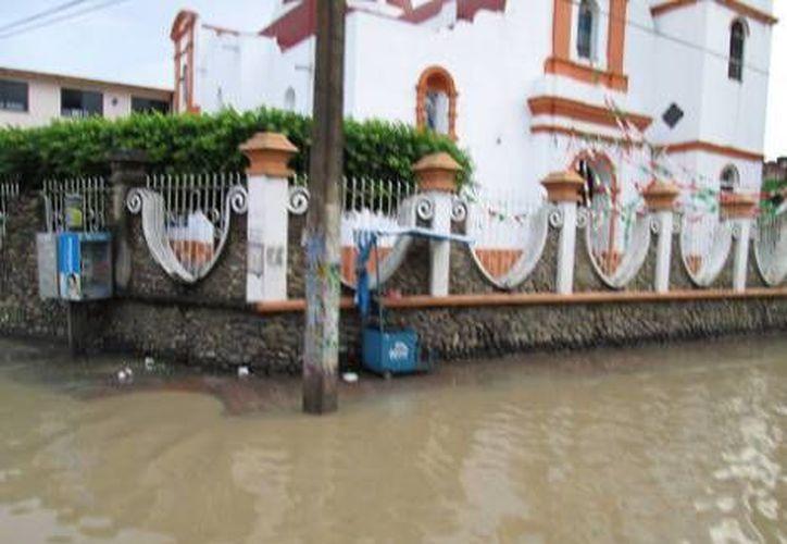 Ya suman más de 25 mil los veracruzanos que han tenido que ser evacuados preventivamente. (Milenio)