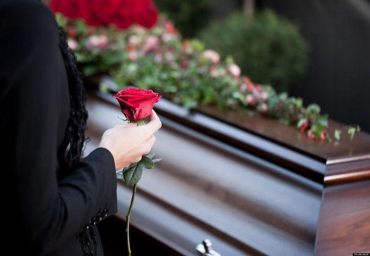 Don Ramón no tenía dinero ni para las flores en el funeral de su esposa, la comunidad lo ayudó. (Foto: Temática)