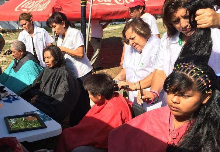 Numerosas mujeres y niños aprovecharon los servicios gratuitos de las estilistas para el corte de cabello. (Cortesía)