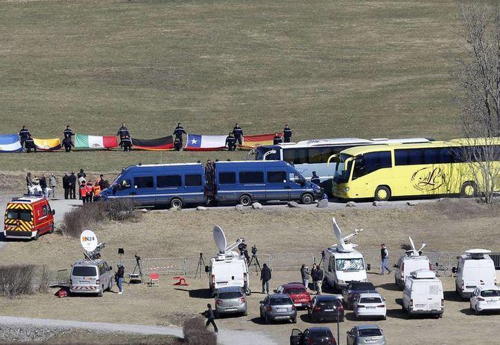 Varios coches oficiales permancen junto al monumento conmemorativo a las víctimas de la tragedia del avión de Germanwings en Le Vernet, Francia, el pasado marzo. (EFE/Archivo)