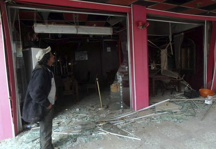 Un hombre contempla una tienda dañada tras un atentado perpetrado en en Ciudad Sadr, Bagdad, Irak, el pasado 18 de noviembre. (Archivo/EFE)