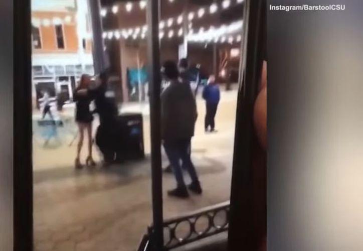 La fémina fue golpeada tras defender a su novio. (Captura de video)