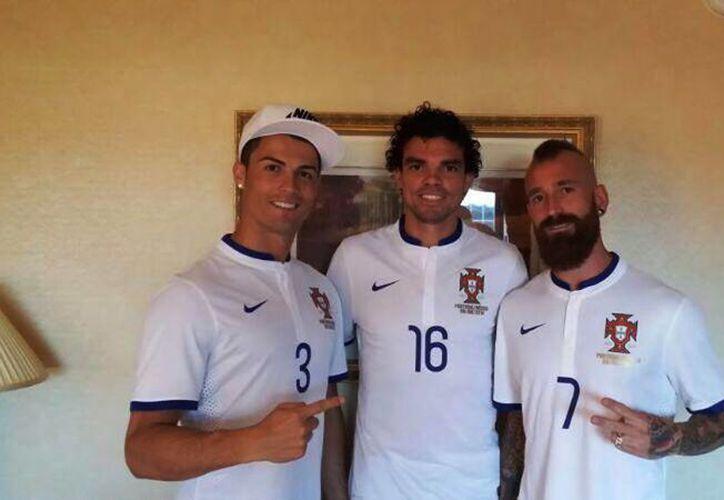 Cristiano Ronaldo (i) no ha jugado en los amistosos de la selección de Portugal por dolencias en una pierna. (Facebook/Cristiano Ronaldo)