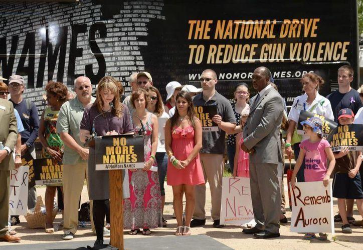 Coni Sanders lee los nombres de las víctimas durante la ceremonia en un parque estatal en Aurora, Colorado. (EFE)
