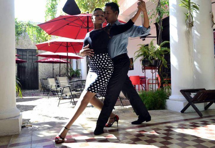 Esli Méndez Lugo y Raúl Ramos Pacheco transmiten en Yucatán la pasión por el tango. (Daniel Sandoval/SIPSE)