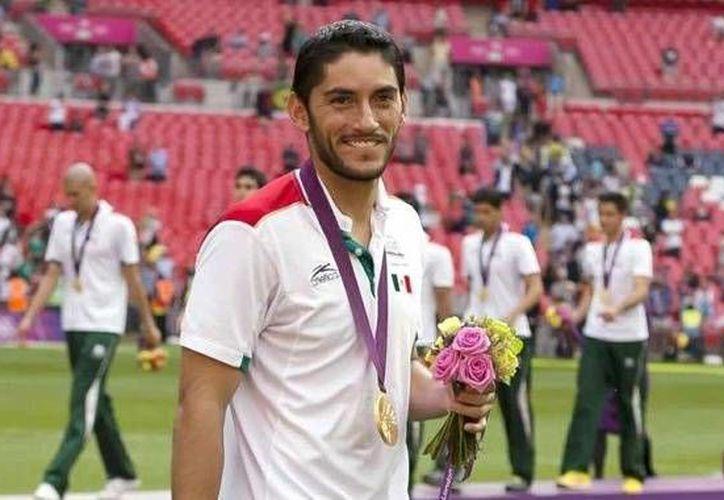 Jesús Corona se prepara, junto con sus compañeros de Cruz Azul, para jugar esta semana. (Facebook)