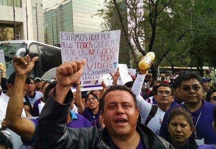 Decenas de empleados del Grupo omnilife salieron a las calles de la ciudad de México para demostrar su apoyo a Jorge Vergara. Piden la salida de Angélica Fuentes.  (Milenio)