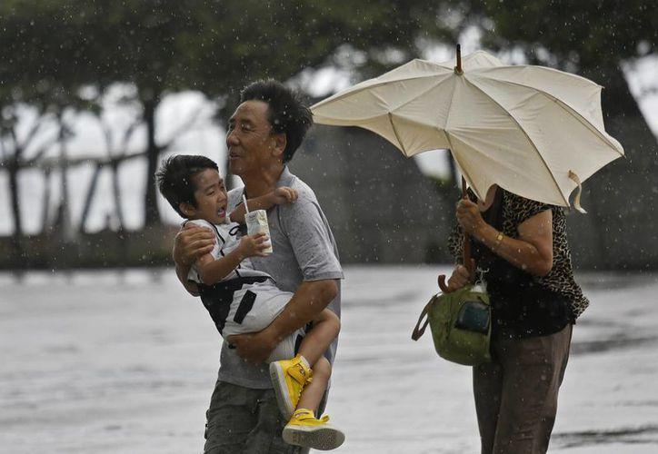 Con vientos fuertes y aguaceros torrenciales, el tifón Utor obligó al cierre de escuelas, oficinas, centros comerciales. (Agencias)