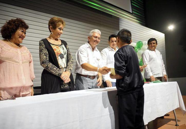 Diversas autoridades asistieron a la entrega de las primeras becas del DIF. (SIPSE)