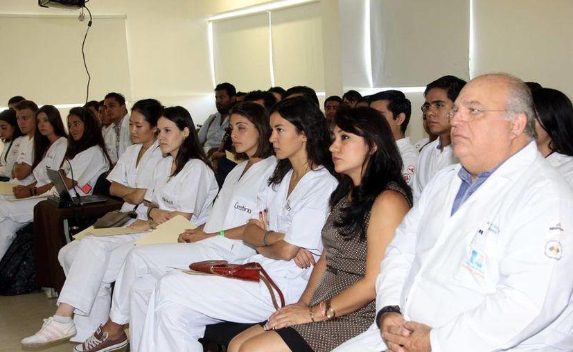 La atención será para gente de municipios del interior del Estado. Imagen de los médicos durante la III Jornada Comunitaria de Salud Bucal. (Milenio Novedades)