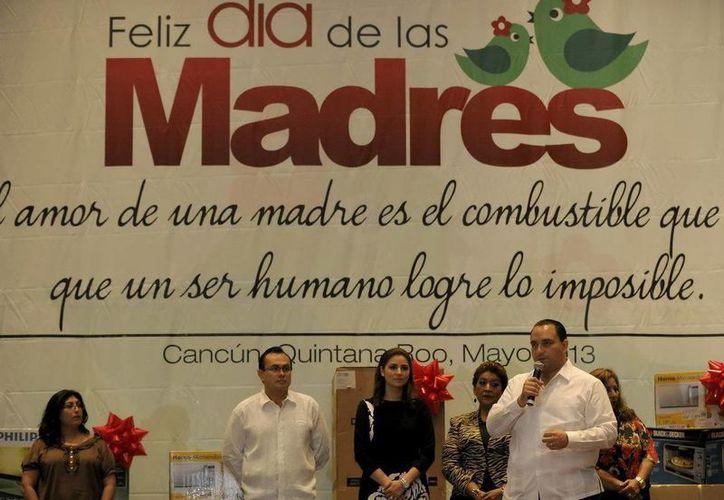 El jefe del Ejecutivo anunció el deposito de un bono especial a las 3 mil 394 madres trabajadoras. (Redacción/SIPSE)