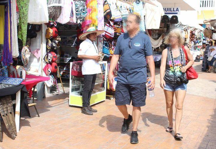 Tianguistas y artesanos denuncian que las pérdidas económicas por robos cometidos por turistas extranjeros son de más de 500 pesos por semana, en promedio. (Gerardo Keb/SIPSE)