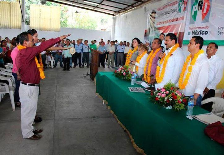 En marzo pasado, 2 nuevos dirigentes municipales del PRI, entre los que estaba Carlos Salanueva de la Cruz (quien no está identificado en la fotografía), tomaron protesta. (pri.org.mx)