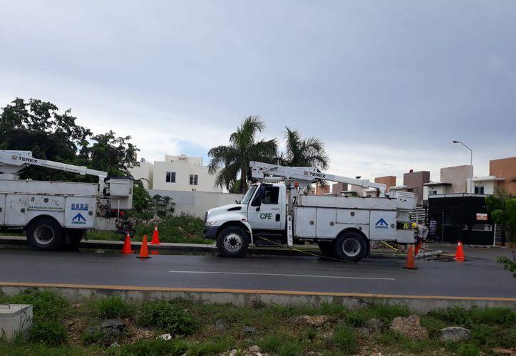 Personal de la CFE hizo las reparaciones para reestablecer el servicio. (Adrián Barreto/SIPSE)
