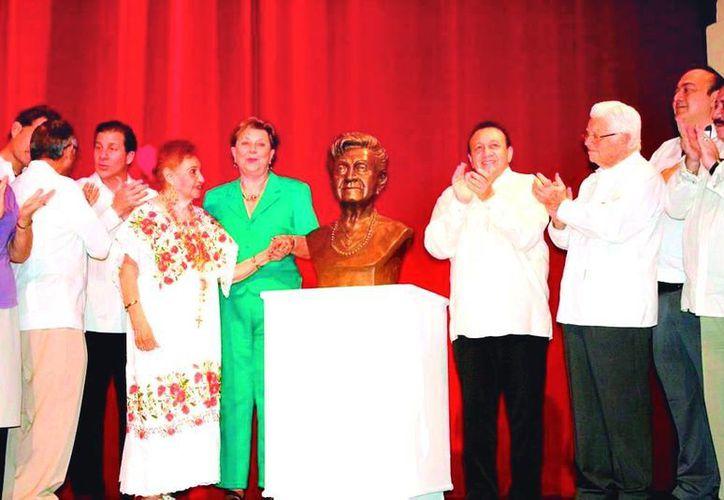 """Autoridades de cultura develaron el busto en honor a la fundadora de """"Las Maya Internacional"""". (Milenio Novedades)"""