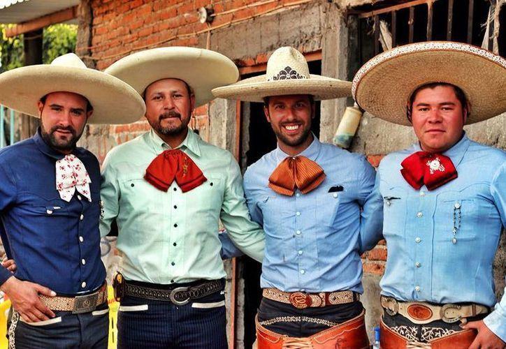 'With my Charros. Uriangato...my new favorite place in Mexico' (Con mis charros. Uriangato, mi nuevo lugar favorito en México), escribió Harry en una de las últimas fotos que publicó en Facebook. (Tomada de Facebook)