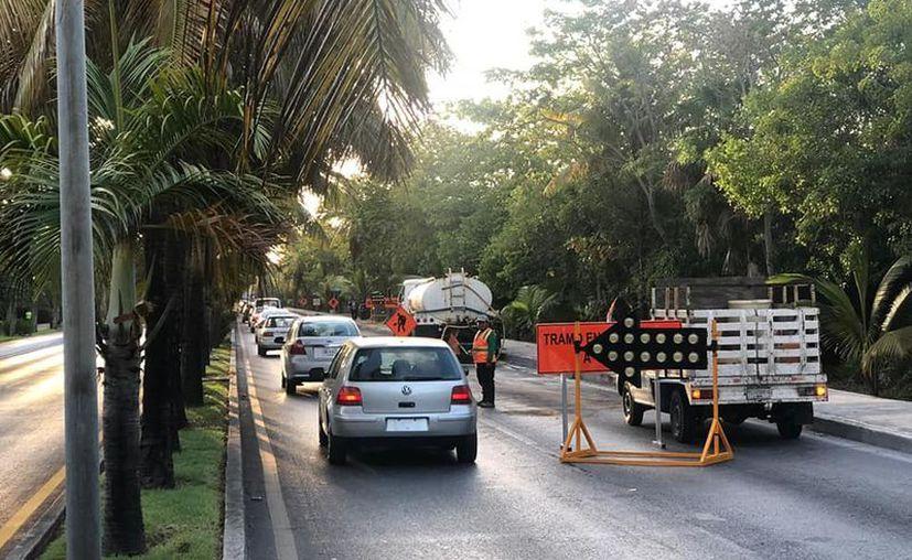 Desde la primeras horas del día, los automovilistas reportaron caos vial en algunas avenidas principales de la ciudad. (Redacción)