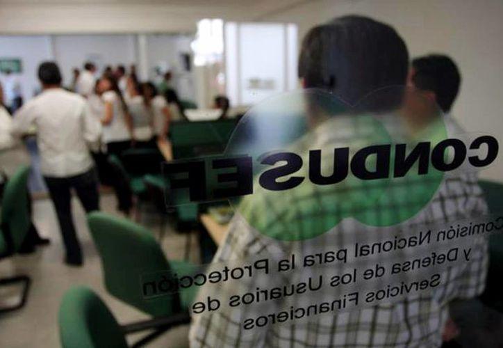 Antes de firmar un contrato de seguro, recomiendan revisar las cláusulas sobre lo que ofrecen las aseguradoras. Imagen de las oficinas de la Condusef en Mérida. (Milenio Novedades)