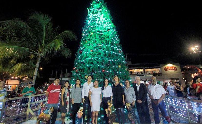 El año pasado el encendido del árbol de Navidad incluyó el recital de un grupo musical con arpa, guitarra y percusiones. (Archivo/SIPSE)