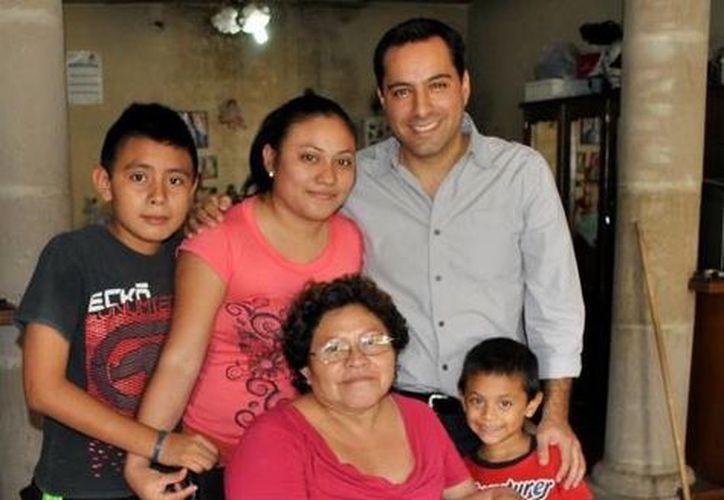 María Teresa Chim Castillo, vecina de la colonia Vicente Solís, estrena la silla de ruedas que recibió del diputado Mauricio Vila Dosal. (SIPSE)