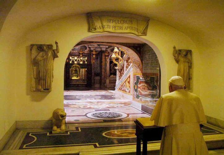 La tradición católica ubica a Pedro como el fundador de la Iglesia. En la imagen, el papa Benedicto XVI visita el sepulcro del santo. (EFE/Archivo)