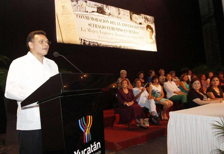 El gobernador Rolando Zapata en uno de los actos que encabezó el miércoles. (SIPSE)